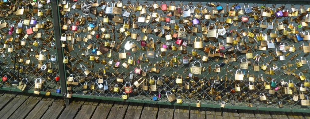 paris bridge lovelocks